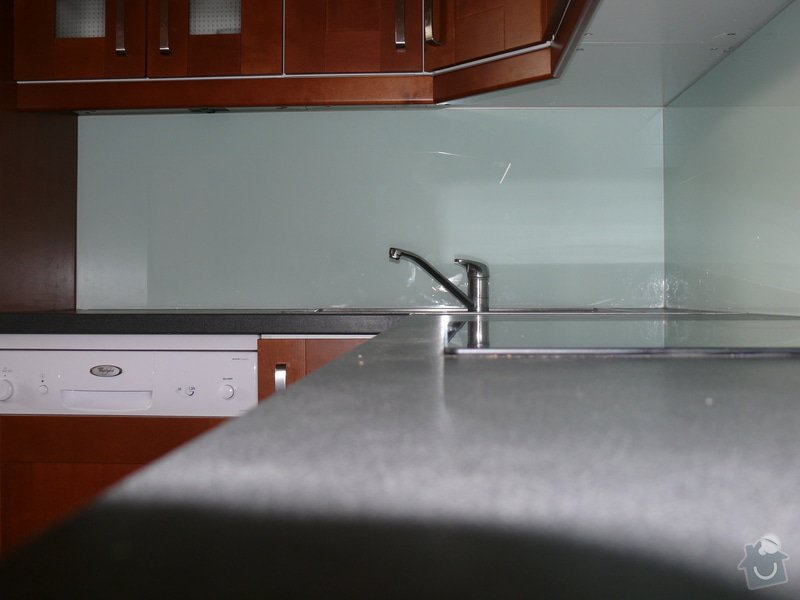 Poptávám dodávku a montáž skla Lacobel do kuchyně: P1000859