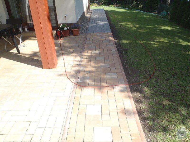 Pokládka obrubníku a zámkové dlažby: P7230091