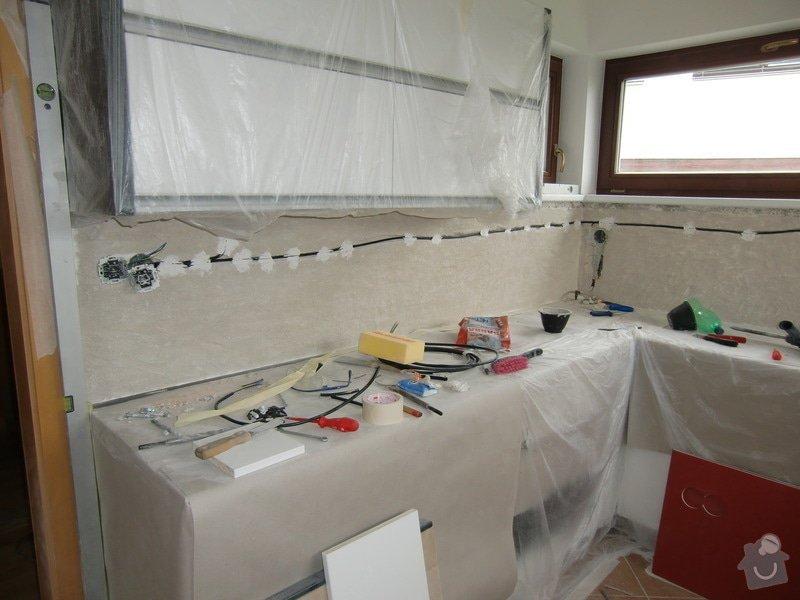 Obklad kuchyně, přesunutí zásuvek a usazení digestoře: oskrabani_malby_penetrace_a_rozvod_elektriny