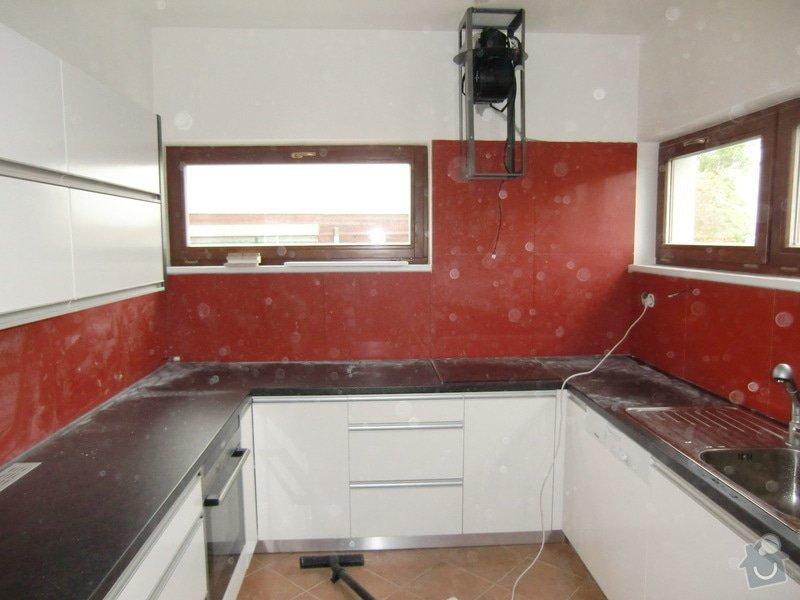 Obklad kuchyně, přesunutí zásuvek a usazení digestoře: po_VELKEM_boji_je_digestor_na_miste