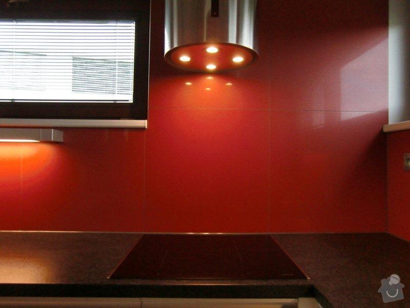 Obklad kuchyně, přesunutí zásuvek a usazení digestoře: finale3