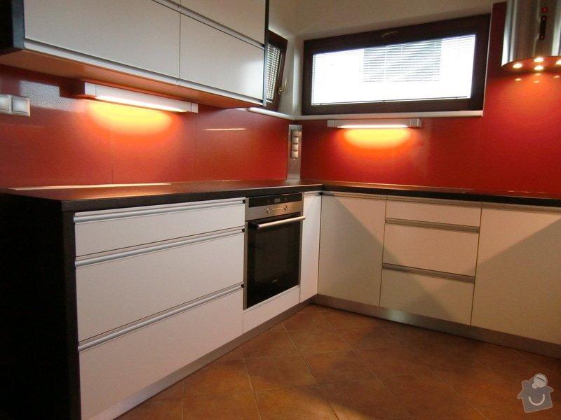 Obklad kuchyně, přesunutí zásuvek a usazení digestoře: finale4