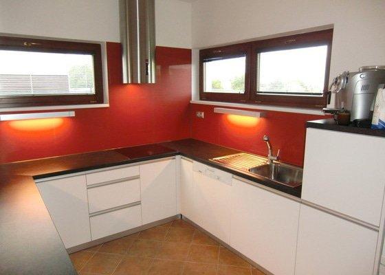 Obklad kuchyně, přesunutí zásuvek a usazení digestoře