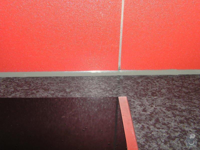 Obklad kuchyně, přesunutí zásuvek a usazení digestoře: detail_silikonu2