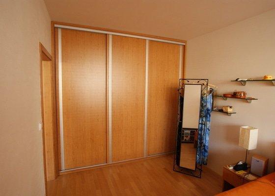 Vestavěná skříň, knihovna, postel, psací stůl, věšáková stěna a další nábytek
