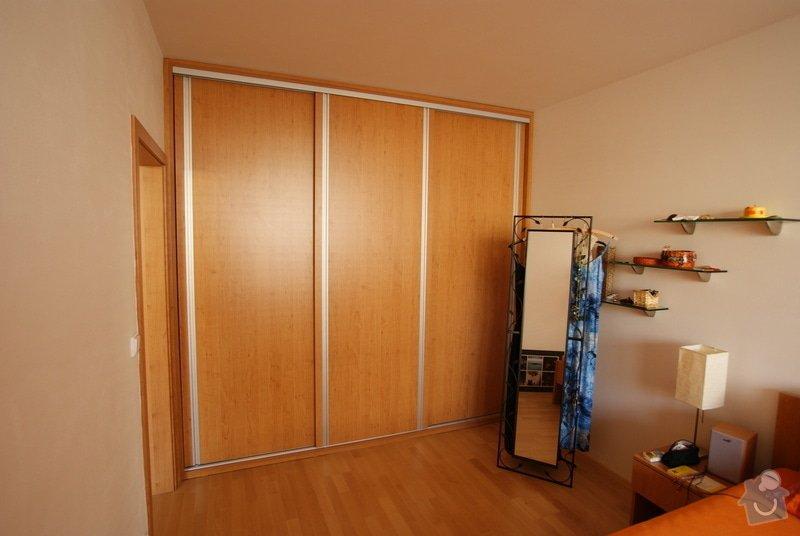 Vestavěná skříň, knihovna, postel, psací stůl, věšáková stěna a další nábytek: DSC00081
