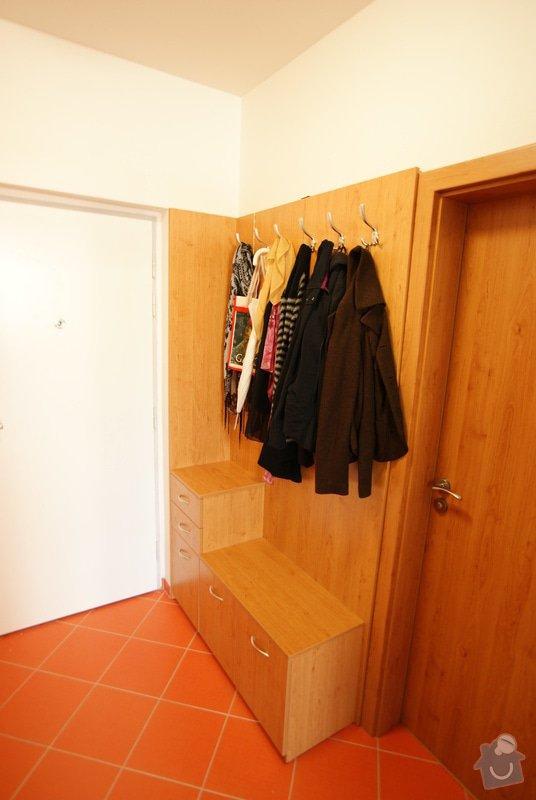 Vestavěná skříň, knihovna, postel, psací stůl, věšáková stěna a další nábytek: DSC00073
