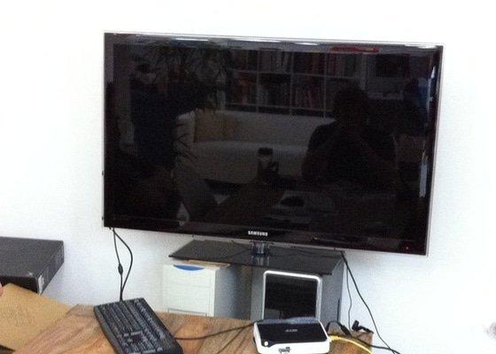 Montáž televize LCD na zeď s náklopným držákem tv.