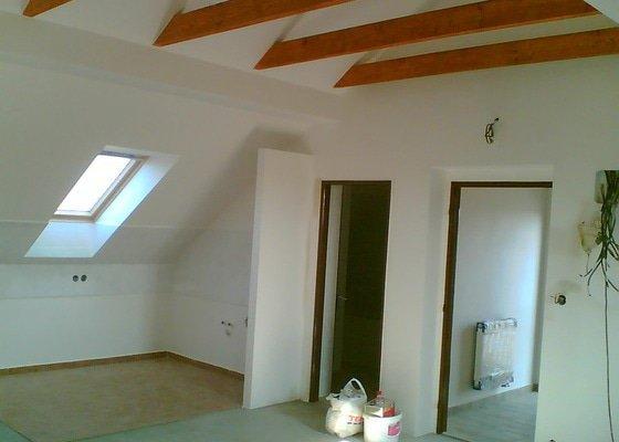 Malování podkrovního bytu včetně nátěru trámů