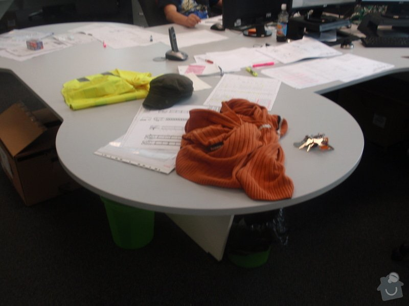 Výroba a montáž kancelářského nábytku + jednacích stolů: P5061540