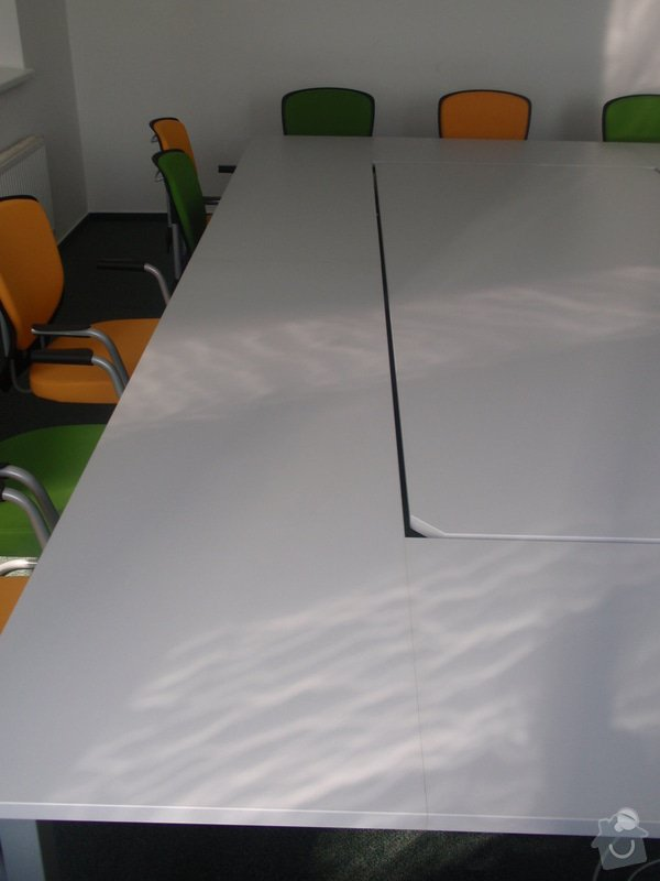 Výroba a montáž kancelářského nábytku + jednacích stolů: P5061549