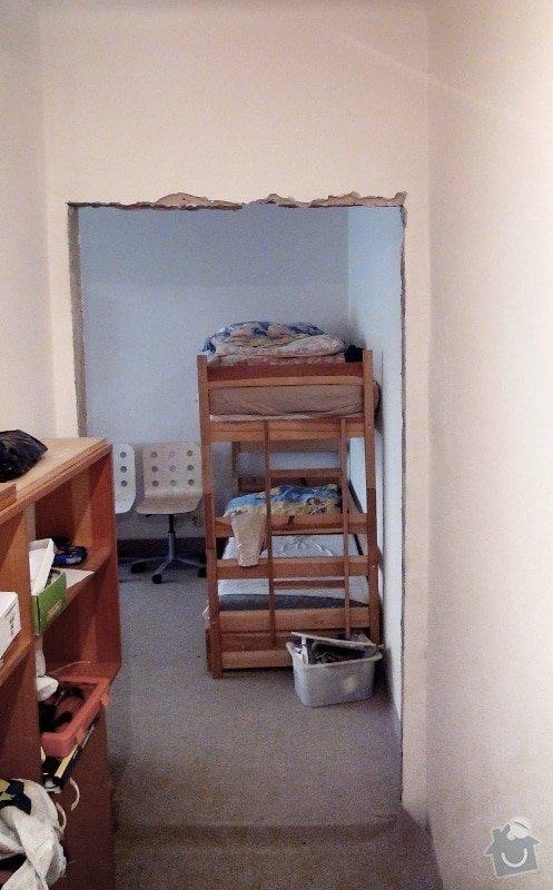 Dvoje dřevěné zárubně k činžovním dveřím: otvor_cihla