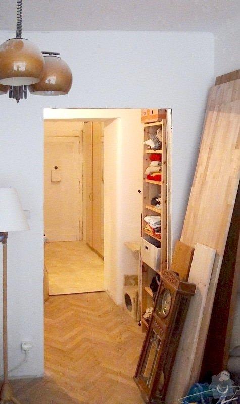 Dvoje dřevěné zárubně k činžovním dveřím: otvor_sadrokarton