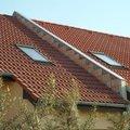 Zednik stavitel k vystavbe zidky mezi strechami v radovem rd  01