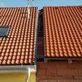 Zednik stavitel k vystavbe zidky mezi strechami v radovem rd  muj01