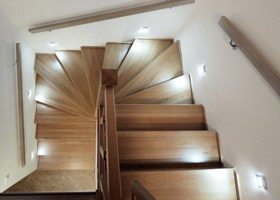 Kuchyňská linka a schodiště