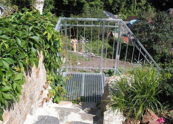 Kovové schodiště s kovaným zábradlím v žárovém zinku