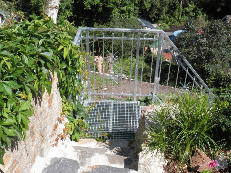 Kovové schodiště s kovaným zábradlím v žárovém zinku: P7120574