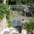 Kovove schodiste s kovanym zabradlim v zarovem zinku p7120574