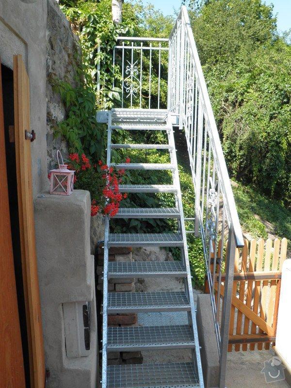Kovové schodiště s kovaným zábradlím v žárovém zinku: P7120575