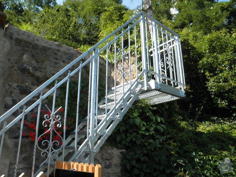 Kovové schodiště s kovaným zábradlím v žárovém zinku: P7120577