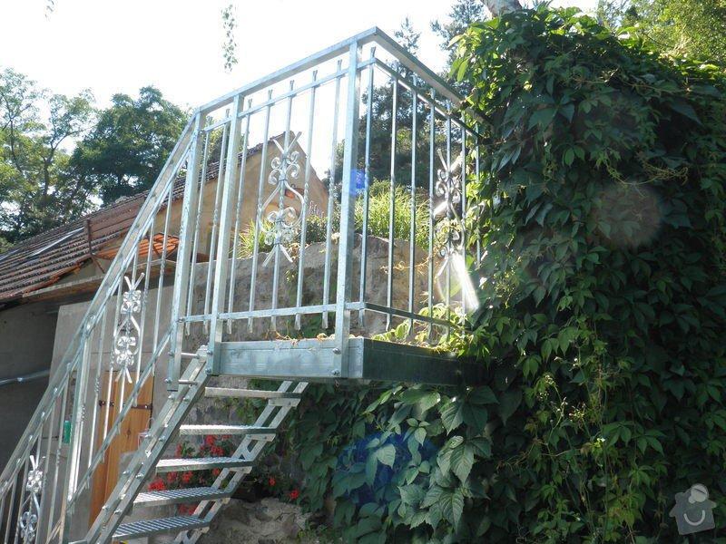 Kovové schodiště s kovaným zábradlím v žárovém zinku: P7120578
