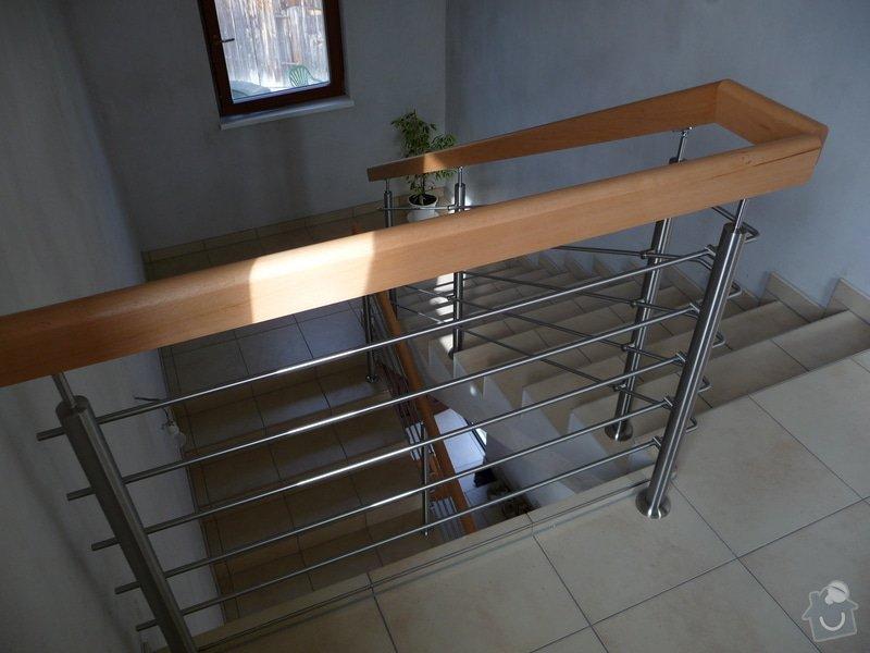 Nerezové zábradlí shodiště s dřevěným madlem: P1050256