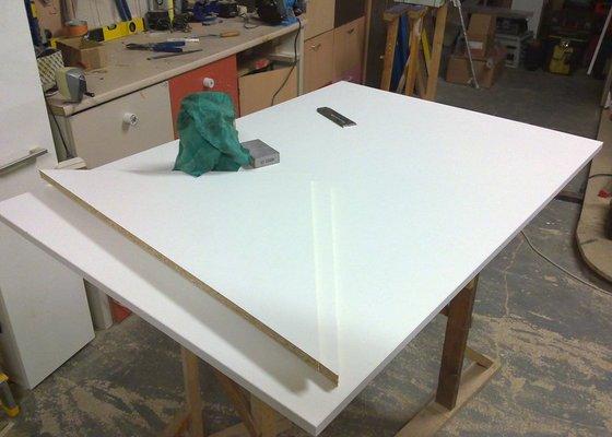 Výroba atypického stolu ve tvaru střechy