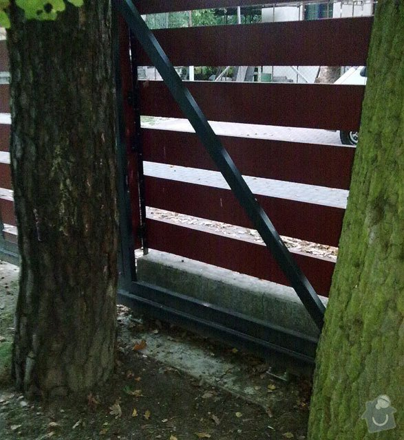 Montáž pohonu pro samonosnou posuvnou bránu: vrata-detail