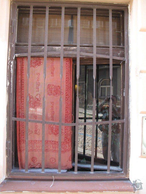 3 okna (dřevo) a 1 vchodové dveře(dřevo) .: Okno_B_z_venku