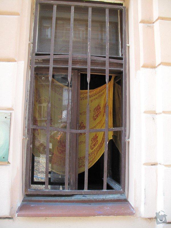 3 okna (dřevo) a 1 vchodové dveře(dřevo) .: Okno_C_z_venku