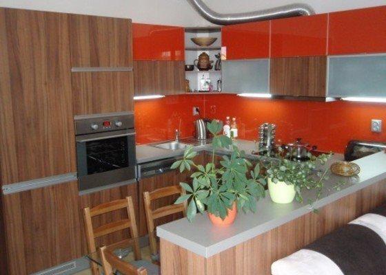 Kuchyňská linka, tv stolek, vestavěná skříň