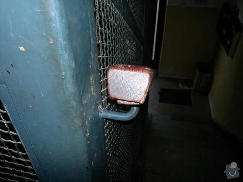 Obroušení a nátěr zábradlí na chodbách v panelovém domě: 15102011268
