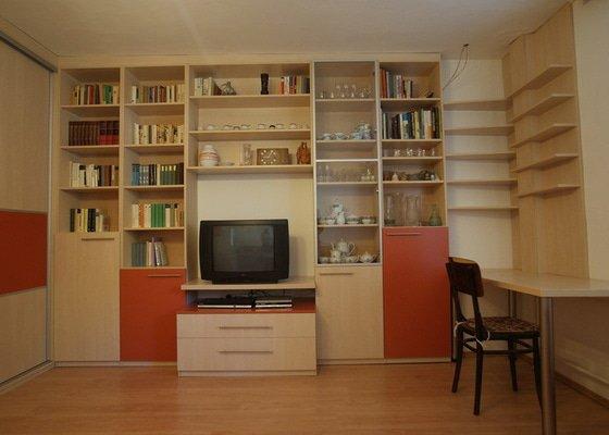 Obývací pokoj-knihovna, vestavěná skříň, pracovní místo, konf. sůl