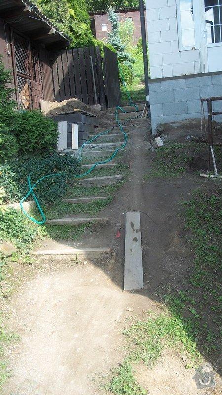 Zahradní schodiště z palisád, obrubníků a zámkové dlažby: 100_0479