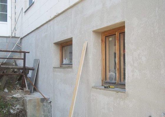 Zahradní schodiště z palisád, obrubníků a zámkové dlažby