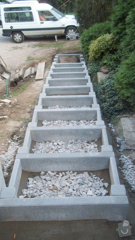 Zahradní schodiště z palisád, obrubníků a zámkové dlažby: 100_0493