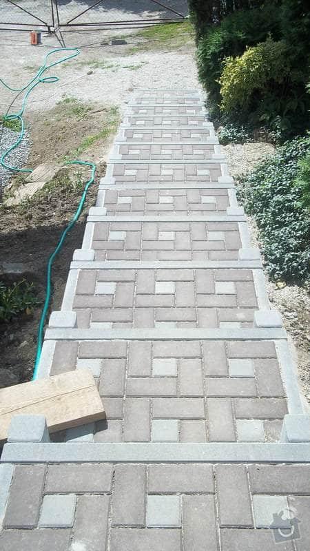 Zahradní schodiště z palisád, obrubníků a zámkové dlažby: 100_0527