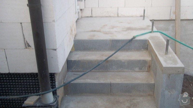 Zahradní schodiště z palisád, obrubníků a zámkové dlažby: 100_0495