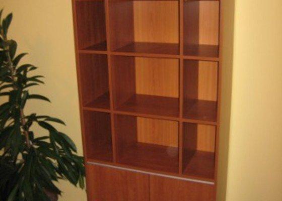 Knihovna s úložným prostorem