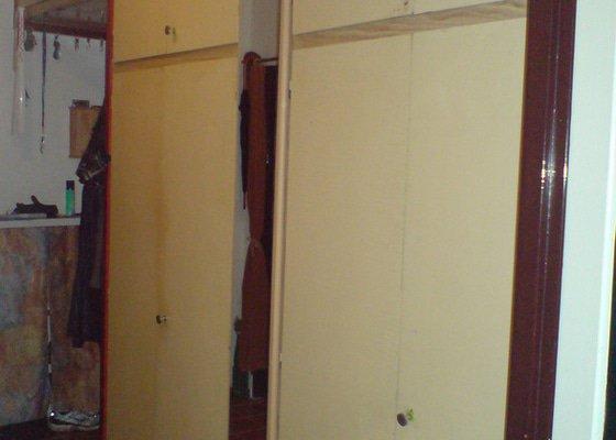 Vestavěná skříň do předsíně (cca 2,4x 2,5x0,6m)