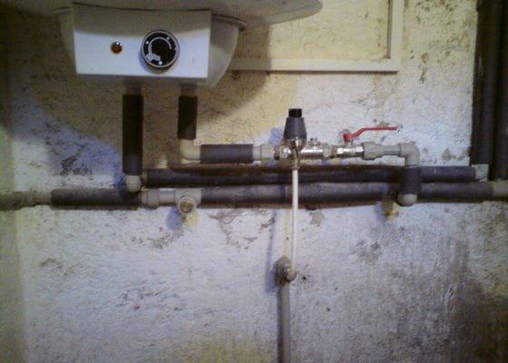 Výměna rozvodů teplé vody, studené vody, odpadů a otopného systému + výměna radiátorů a instalace vodního čerpadla