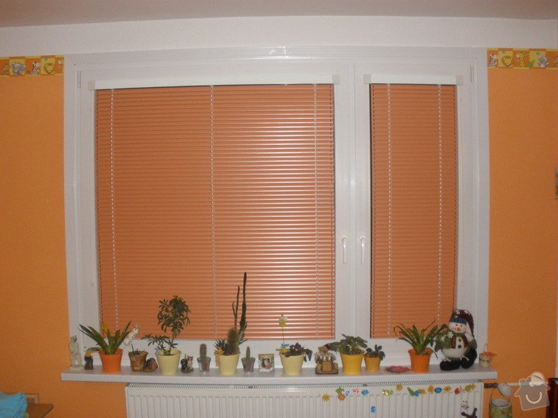 Dodávka a montáž PVC oken REHAU,parapetů,žaluzií včetně zednických prací: P3060963