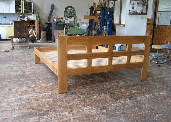 Manželská postel z masivního dřeva