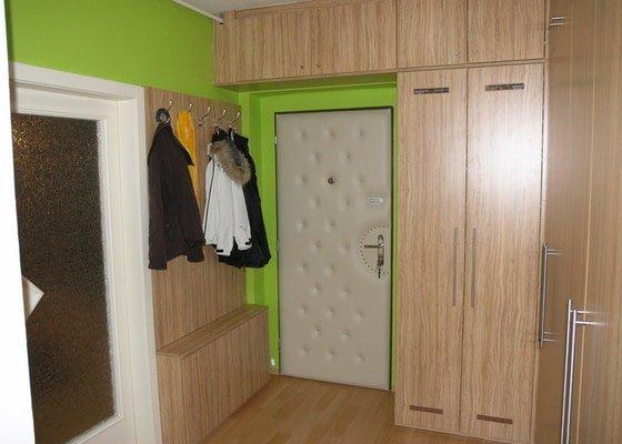 Skříně, botník a věšáková stěna v chodbě