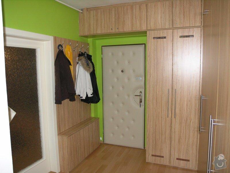 Skříně, botník a věšáková stěna v chodbě: chodba_2