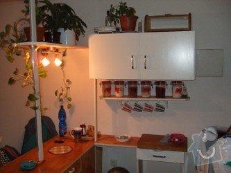 Renovace panelákových dveří, minibar - kuchyňský kout ze zbytků starých skříní: CO_se_d_vytvo_it_ze_zbytk_star_ch_sk_n_..kuchy_sk_kout_s_minibarem_tenkovrstv_fl_drov_n_odst_n_pinie