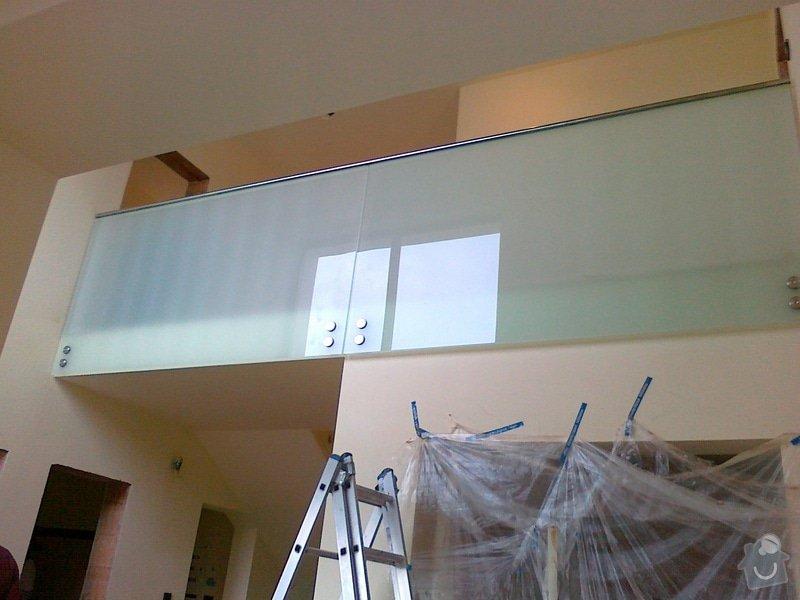 Skleněné zábradlí schodiště a galerie s nerezovým madlem: 026