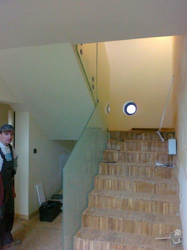Skleněné zábradlí schodiště a galerie s nerezovým madlem: 028