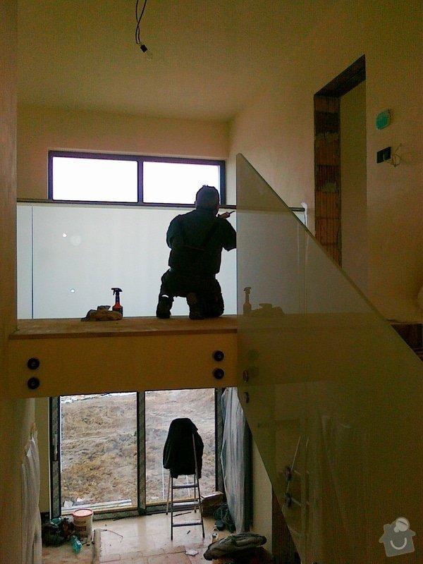 Skleněné zábradlí schodiště a galerie s nerezovým madlem: 029